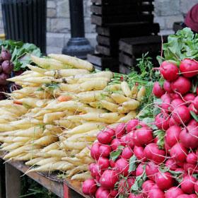 Radijzen te koop op een boerenmarkt