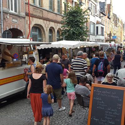 Jaarmarkt met kramen en volk in straat