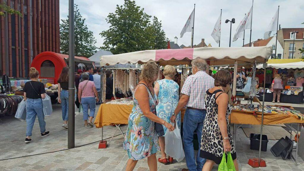 Gezellige sfeer op de wekelijkse markt van Brugge